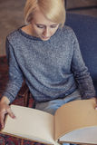 Estudiante hermoso joven de la mujer con el álbum que piensa en el ide Imagenes de archivo