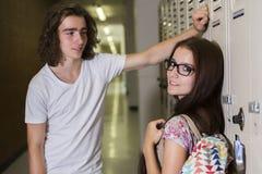 Estudiante hermoso joven dos en la universidad Foto de archivo libre de regalías