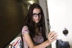 Estudiante hermoso joven en la universidad Imagen de archivo libre de regalías