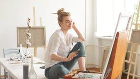 Estudiante hermoso joven que pinta una obra maestra en casa almacen de video