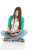 Estudiante hermoso joven que se sienta con el libro, lectura, aprendiendo. Imagen de archivo