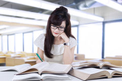Estudiante hermoso que hace la preparación Imagen de archivo libre de regalías