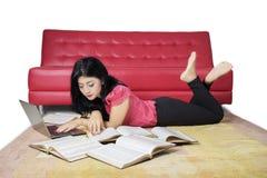 Estudiante hermoso que hace la preparación en la alfombra Fotografía de archivo libre de regalías