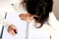 Estudiante hermoso que hace su preparación Fotos de archivo