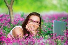 Estudiante hermoso que trabaja en el ordenador portátil Fotos de archivo