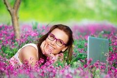 Estudiante hermoso que trabaja en el ordenador portátil Imagen de archivo libre de regalías
