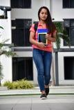 Estudiante hermoso Walking de la colegiala imagen de archivo