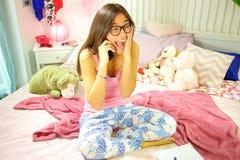 Estudiante hispánico feliz en el dormitorio que recibe sorpresa de las buenas noticias en el tiro ancho del teléfono Foto de archivo libre de regalías
