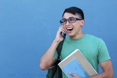 Estudiante hispánico joven feliz en el teléfono Imagen de archivo