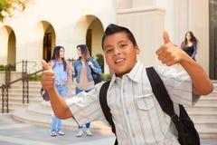 Estudiante hispánico masculino joven Boy con los pulgares para arriba en campus fotografía de archivo libre de regalías