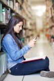 Estudiante hispánico texting Foto de archivo