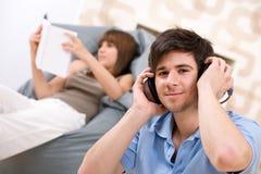 Estudiante - hombre del adolescente que se relaja con los auriculares Imágenes de archivo libres de regalías