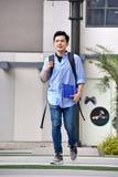 Estudiante impasible Walking del muchacho fotografía de archivo