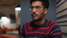 Estudiante indio Eats en el café almacen de video