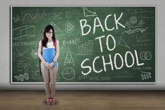 Estudiante integral que se coloca en la clase 1 Imagen de archivo