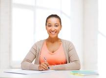 Estudiante internacional que estudia en universidad Imagen de archivo
