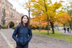 Estudiante joven asiático en la escuela de la universidad Imágenes de archivo libres de regalías