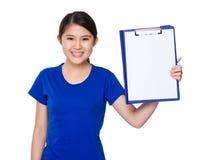 Estudiante joven asiático que muestra la página en blanco del tablero Foto de archivo libre de regalías