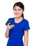 Estudiante joven asiático que usa el teléfono móvil para el mensaje de texto Imagenes de archivo