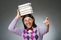 Estudiante joven con el libro en el aprendizaje de concepto Foto de archivo