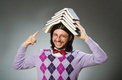 Estudiante joven con el libro en el aprendizaje de concepto Fotografía de archivo libre de regalías
