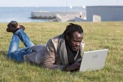 Estudiante joven con el ordenador portátil Fotografía de archivo