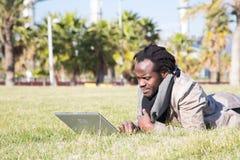 Estudiante joven con el ordenador portátil Imagenes de archivo
