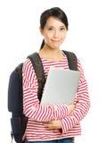 Estudiante joven con el ordenador y la mochila Foto de archivo