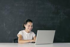 Estudiante joven con la computadora portátil Imágenes de archivo libres de regalías