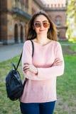 Estudiante joven con la mochila que camina en el parque del campus Fotos de archivo libres de regalías