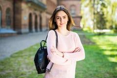 Estudiante joven con la mochila que camina en el parque del campus Imagen de archivo libre de regalías