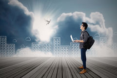 Estudiante joven con la paloma del vuelo Imagen de archivo libre de regalías