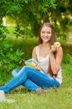Estudiante joven con los libros y la manzana Fotos de archivo