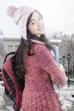 Estudiante joven con ropa del invierno en la escuela Foto de archivo libre de regalías