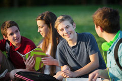 Estudiante joven confiado con los amigos Imágenes de archivo libres de regalías