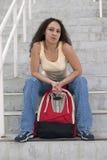 Estudiante joven de Latina con el morral en las escaleras Foto de archivo libre de regalías
