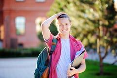 Estudiante joven elegante en campus universitario Imagen de archivo libre de regalías