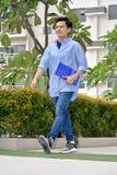 Estudiante joven elegante With Notebooks Walking fotos de archivo