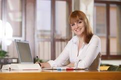 Estudiante joven en una biblioteca Imagen de archivo libre de regalías