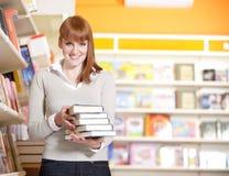 Estudiante joven en una biblioteca Imagen de archivo