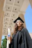 Estudiante joven en vestido cerca de la universidad Foto de archivo libre de regalías