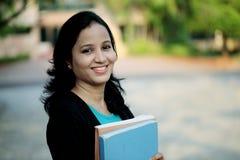 Estudiante joven feliz en el campus de la universidad Foto de archivo libre de regalías