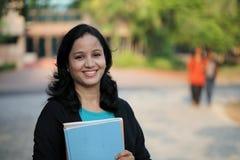 Estudiante joven feliz en el campus de la universidad Imágenes de archivo libres de regalías