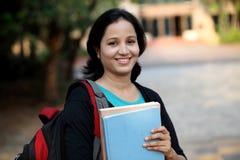 Estudiante joven feliz en el campus de la universidad Imagenes de archivo