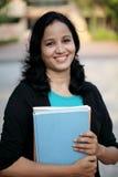 Estudiante joven feliz en el campus de la universidad Fotografía de archivo