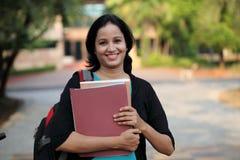 Estudiante joven feliz en el campus de la universidad Fotos de archivo