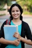 Estudiante joven feliz en el campus de la universidad Imagen de archivo