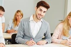 Estudiante que aprende para el examen en escuela Imagen de archivo libre de regalías