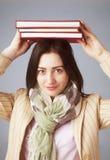 Estudiante joven Girl Balancing Books en su cabeza y x28; Educación y SE imágenes de archivo libres de regalías