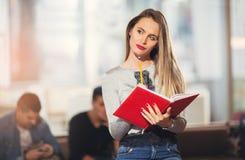 Estudiante joven hermoso con el libro Fotos de archivo